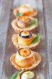 Eigengemaakte quiche scherp met wortel, aubergine en koolrollade w Royalty-vrije Stock Foto