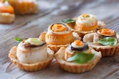 Eigengemaakte quiche scherp met wortel, aubergine en koolrollade w Royalty-vrije Stock Foto's