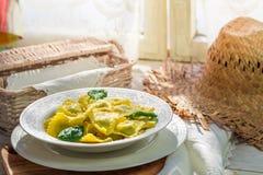 Eigengemaakte ravioli in de rustieke keuken Stock Foto