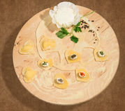 Eigengemaakte ravioli in de vorm van hart, open en gesloten, met gekruide kaas, verse ricotta, peterselie en een paar korrels van Stock Afbeeldingen