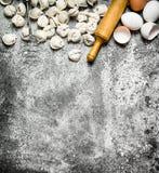 Eigengemaakte ravioli Ravioli met een houten deegrol Stock Foto's
