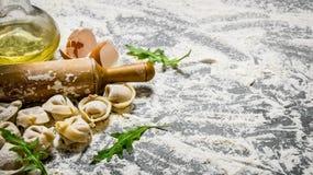 Eigengemaakte ravioli met olijfolie en met een deegrol Stock Fotografie