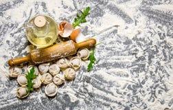 Eigengemaakte ravioli met olijfolie en met een deegrol Stock Foto