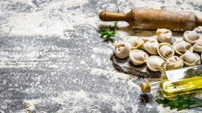 Eigengemaakte ravioli met olijfolie en met een deegrol Royalty-vrije Stock Afbeelding