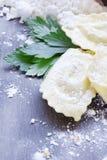Eigengemaakte ravioli met paddestoelenshimeji en verse kruiden Stock Foto