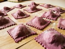 Eigengemaakte ravioli met rode raap Royalty-vrije Stock Foto's