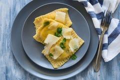 Eigengemaakte ravioli met spinazie en ricottakaas met geraspte parmezaanse kaas Stock Foto