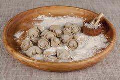 Eigengemaakte ravioli op een houten dienblad met peterselie en zout Stock Fotografie