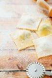 Eigengemaakte ravioli op houten lijst Stock Foto