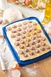 Eigengemaakte ravioli Verse deeg en ravioli traditioneel aan de rustieke lijst royalty-vrije stock foto's