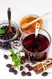 Eigengemaakte rozebottelthee Traditionele behandeling voor koude en griep Droge bessen van droge struik op een witte achtergrond  Royalty-vrije Stock Foto