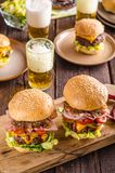 Eigengemaakte rundvleeshamburger, gekarameliseerde ui, bacon en bier royalty-vrije stock foto