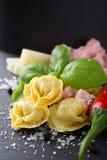 Eigengemaakte ruwe Italiaanse tortellini met ham en kaas Royalty-vrije Stock Fotografie