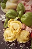 Eigengemaakte ruwe Italiaanse tortellini met ham en kaas Stock Foto