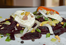 Eigengemaakte salade met bieten, andijvie en geitkaas Stock Afbeelding