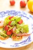 Eigengemaakte salade met ham en aardbeien royalty-vrije stock afbeelding