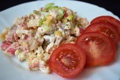 Eigengemaakte salade op een witte mening van de plaatclose-up Royalty-vrije Stock Afbeelding