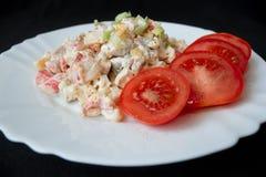 Eigengemaakte salade op witte plaat donkere achtergrond Royalty-vrije Stock Foto's