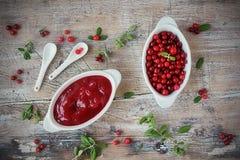 Eigengemaakte saus van het lingonberry bos Stock Foto