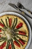 Eigengemaakte scherp met tomaten en slabonen op een mooie plaat op de uitstekende lijst, de lepel en de vork royalty-vrije stock fotografie
