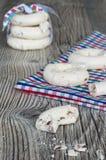 De koekjes van het schuimgebakje met amandelen en chocolade Royalty-vrije Stock Foto's