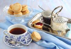 Eigengemaakte sconen met jam en dubbele room. Stock Foto's