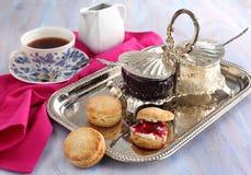 Eigengemaakte sconen met jam en dubbele room. Stock Foto