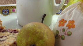 Eigengemaakte seizoengebonden fruitige pastei met kruimeltaart stock footage