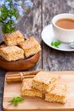Eigengemaakte sesamkoekjes met kop thee Stock Fotografie