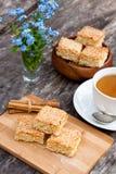 Eigengemaakte sesamkoekjes met kop thee Stock Foto's