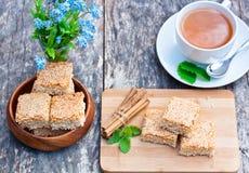 Eigengemaakte sesamkoekjes met kop thee Royalty-vrije Stock Foto's