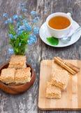 Eigengemaakte sesamkoekjes met kop thee Royalty-vrije Stock Foto