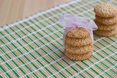 Eigengemaakte sesamzaadkoekjes met roze boog Royalty-vrije Stock Fotografie