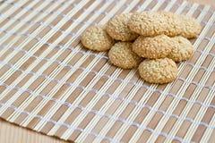 Eigengemaakte sesamzaadkoekjes op bamboemat Stock Foto's