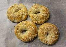 Eigengemaakte Sesamzaadongezuurde broodjes royalty-vrije stock foto's
