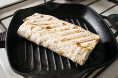 Eigengemaakte Shawarma-Sandwich, Doner-Kebab, het traliewerk van Kippenshawarma stock fotografie