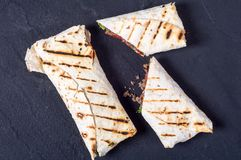 Eigengemaakte smakelijke burrito Stock Fotografie