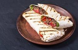 Eigengemaakte smakelijke burrito Stock Afbeeldingen