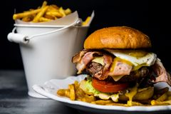 Eigengemaakte smakelijke hamburger royalty-vrije stock fotografie