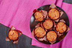 Eigengemaakte smakelijke muffins op een plaat Royalty-vrije Stock Foto