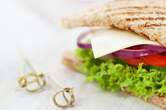 Eigengemaakte smakelijke vegetarische sandwich met verse groenten en kaas stock fotografie