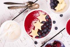 Eigengemaakte smoothie met appel en bosbes Stock Fotografie