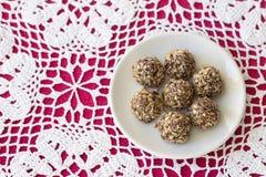 Eigengemaakte snoepjes met pindakaas, chocoladeglans en wafelcrumbs Royalty-vrije Stock Fotografie