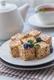 Eigengemaakte snoepjes of suikergoedduif` s melk met een kop thee, bosbessen en munt Royalty-vrije Stock Afbeeldingen