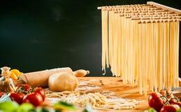 Eigengemaakte spaghettinoedels die tot droog hangen stock afbeelding
