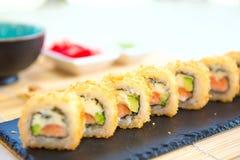 Eigengemaakte sushi met zalm, omelet, komkommer en zachte kaas Rustieke stijl stock foto's