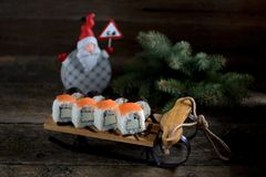 Eigengemaakte sushi met zalm op kleine ar, Kerstmisachtergrond royalty-vrije stock afbeelding