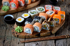 Eigengemaakte sushi met zalm, tobikokaviaar, omelet, komkommer, sesam en zachte kaas Rustieke stijl Stock Foto's