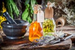 Eigengemaakte tint in flessen als alternatieve behandeling stock foto
