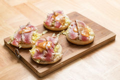 Eigengemaakte tonijnhamburger royalty-vrije stock foto's